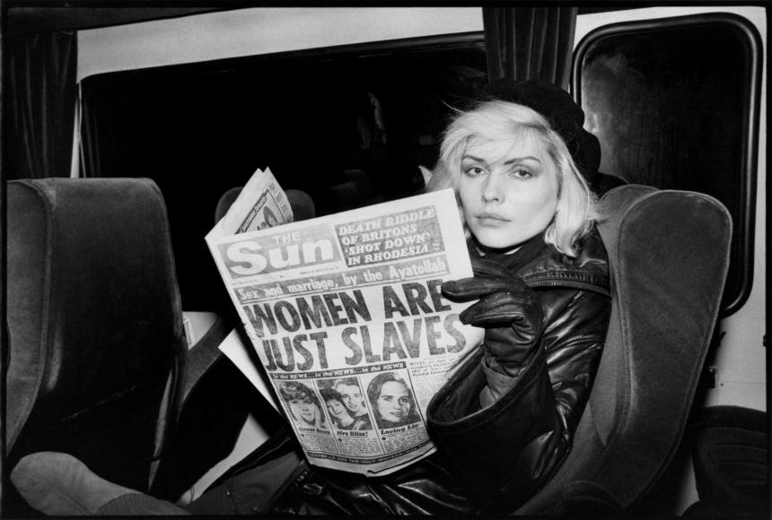 Debbie Harry lendo o tablóide The Sun sobre sexismo dos aiatolás, por Chris Stein