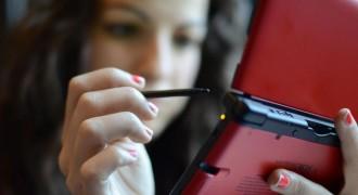 Anita Sarkeesian com seu Nintendo 3DS