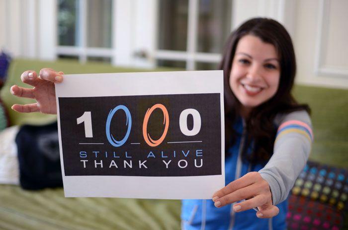 Anita Sarkeesian agradecendo às primeiras 1000 pessoas que investiram em seu projeto no Kickstarter