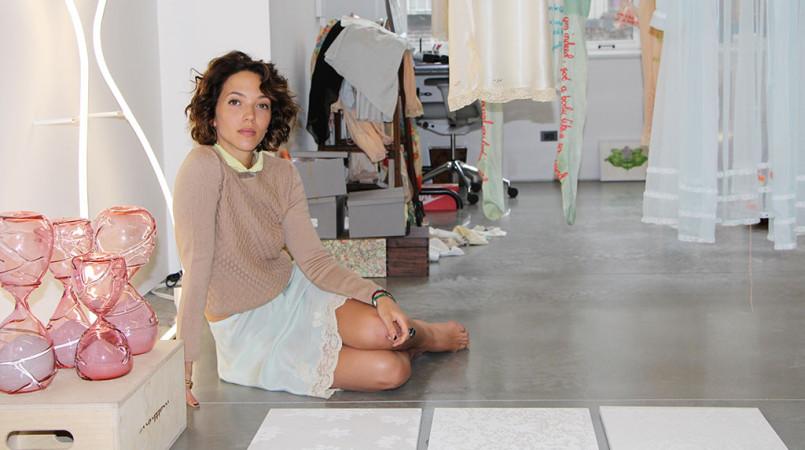 A artista Zoë Buckman em seu ateliê. Foto por Jessica Malaflouris.