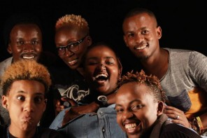 "O time do The None on Record (menos Thiam): Juelz Laval, Eddy Mokaya, Yvonne Odour e Jonah Voss, com dois entrevistados da série ""Growing Up LGBT in Africa"" (Njeri Gateru e Solomon Wambua)"