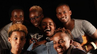 "O time do The None on Record (menos Thiam): Juelz Laval, Eddy Mokaya, Yvonne Odour e Jonah Voss, com dois entrevistados da série ""Growing Up LGBT in Africa"" (Njeri Gateru e Solomon Wambua)"