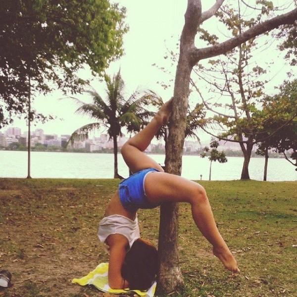 Carol Martins fazendo pole dance na natureza
