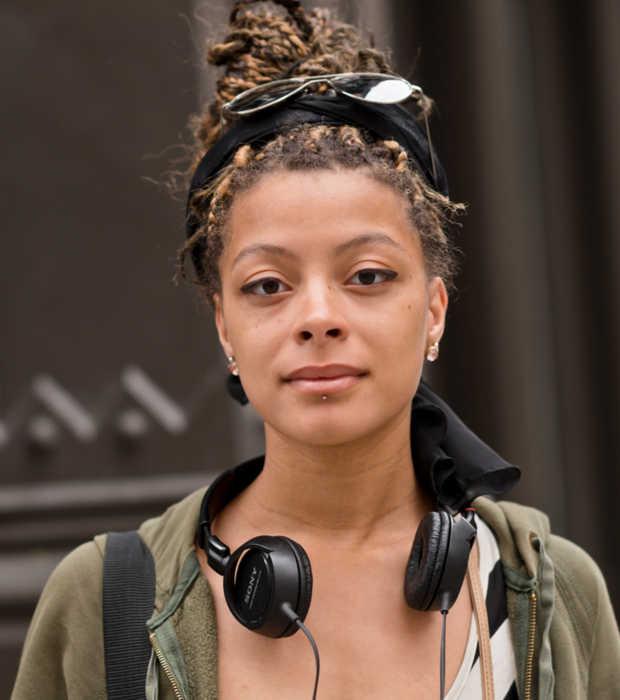 Entrevistaram a Zoe em Nova York, e ela contou sobre seu processo de transição capilar.