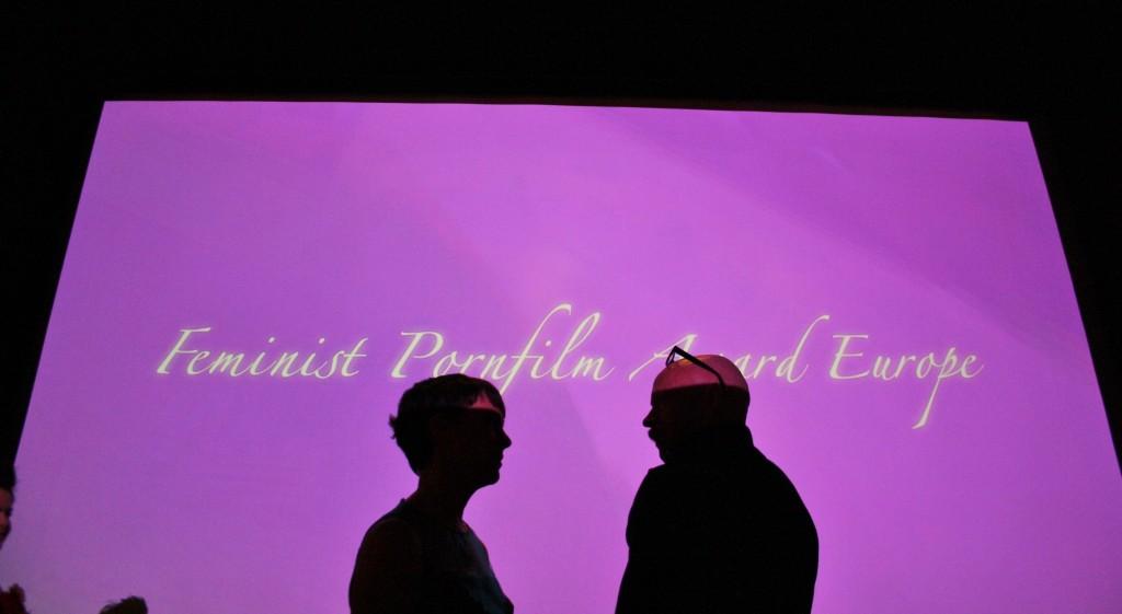 Jennifer Lyon Bell e Buck Angel conversam antes do início da premiação
