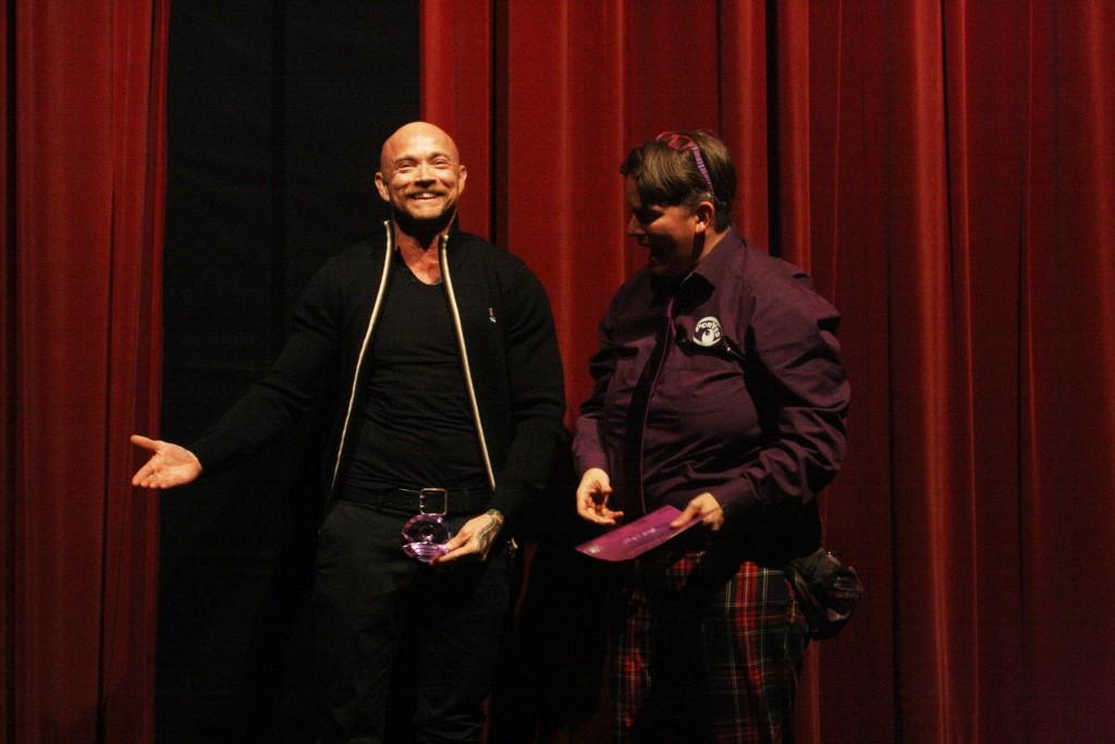 Buck Angel recebe prêmio por sua contribuição na causa LGBT