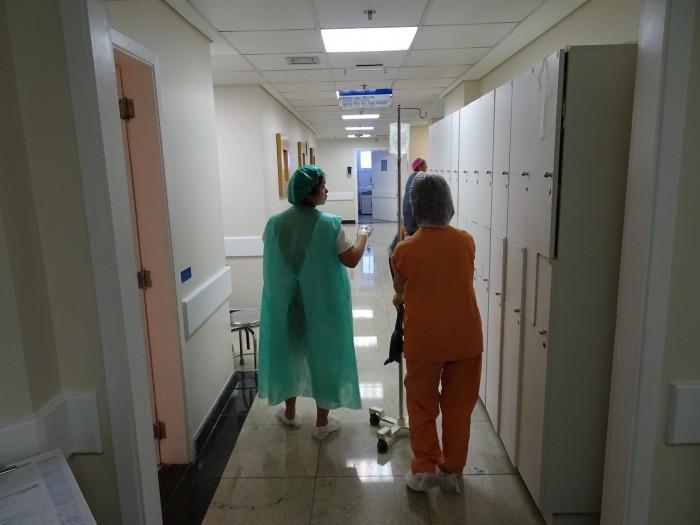 Essa imagem é dela caminhando ao meu lado no hospital, durante o trabalho de parto. Minha mãe me ajudando a virar mãe também.
