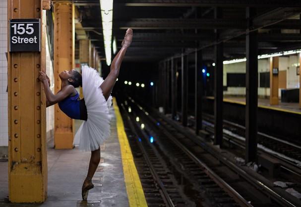 Ingrid Silva no metrô de NY.