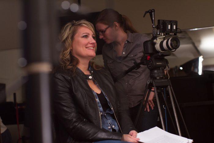 Diretora Amy S. Weber durante as filmagens de A Girl Like Her