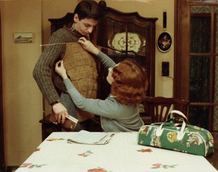 jeanne-dielman-23-quai-du-commerce-1080-bruxelles-1975-002-delphine-seyrig-knitting-pullover