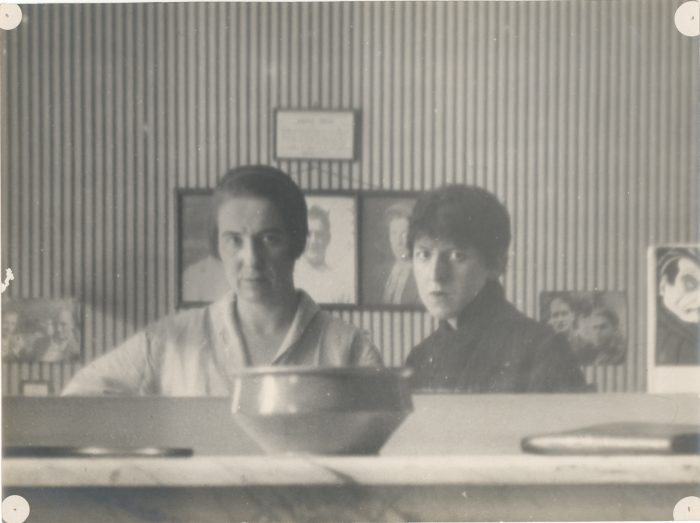 Marcel Moore (Suzanne Malherbe) e Claude Cahun (Lucy Schwob), Autorretrato refletido no espelho, 1920.