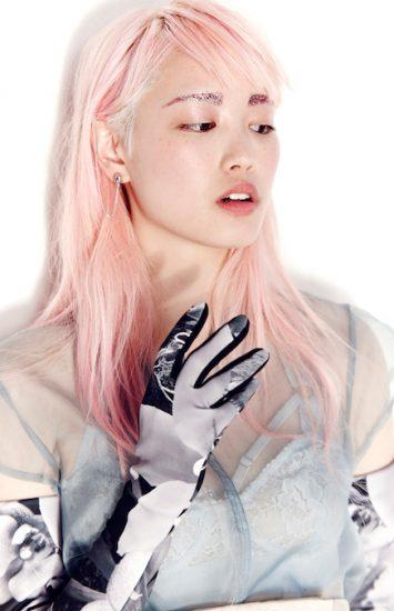 Fernanda Ly com um rosa bem pálido